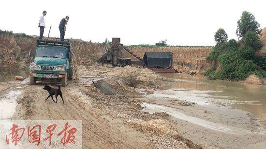 非法捞砂,已经改变了河道的流向。