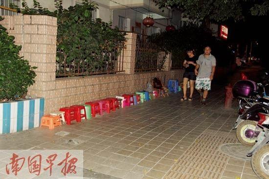 19晚8时许,幼儿园门口摆放成一排的凳子。记者 陈维 摄