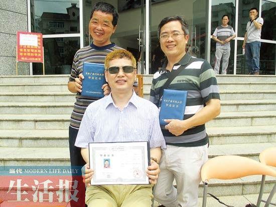 在同学的帮助下,陶进(中间坐着的)顺利毕业了。记者 邓色迎 摄