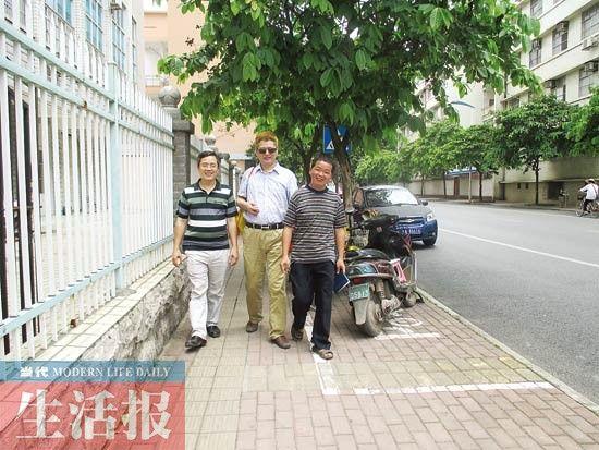 同学送陶进回家。记者 邓色迎 摄