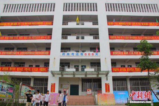 广西柳州市第三中学教学楼外挂高考倒计时。