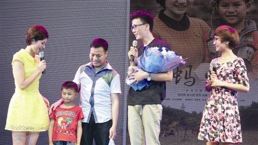 微电影《蚂蚱》主创将剧中小演员(左二)请到现场(南国早报记者 孙鹏远摄)