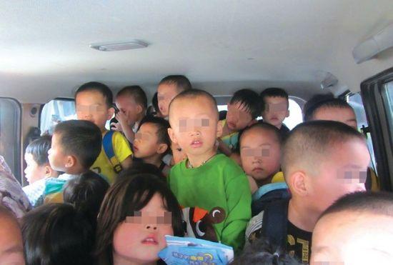 面包车的后排座位,密密麻麻地站着31个孩子。覃舒婷摄