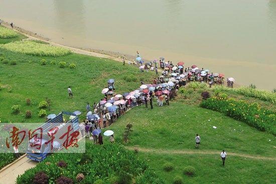 邕江沿岸经常聚有放生的群众。记者 邹财麟摄