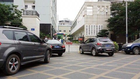 一名车主被禁止开车进入后,将车(右侧)停在方格线上。图片来源:南国早报