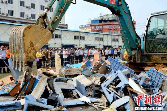 桂林集中销毁学校周边非法经营游戏机。唐顺生 摄