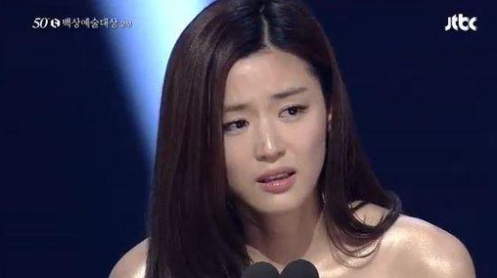 全智贤夺得典礼最大奖,情绪激动落泪。
