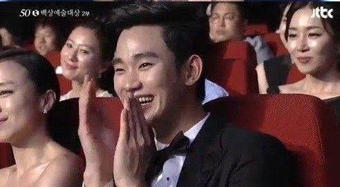听到全智贤在台上谢谢他,金秀贤乐得开怀大笑。