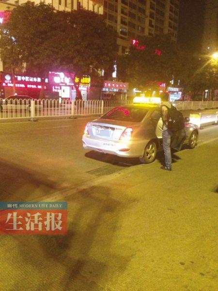 在南宁火车站附近,违规上下客的出租车。