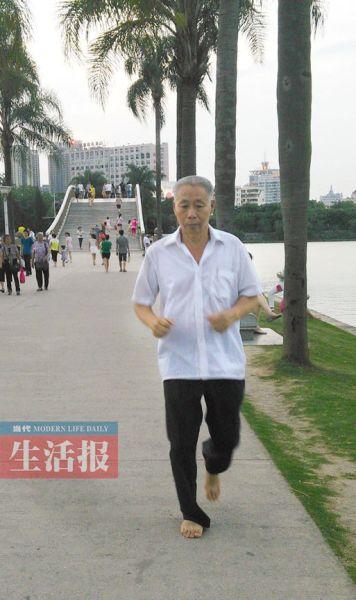 10年如一日坚持赤脚跑步的李永昌。