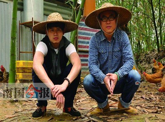 阿亮(右)和姚頔(左)两名柳州合伙人在土鸡养殖基地合影。受访人供图