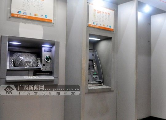 ATM自动取款机被人砸烂。广西新闻网记者 潘晓明摄