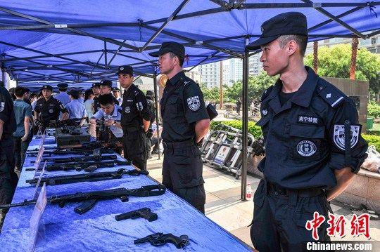 南宁市公安局展示缴获的枪支和管制刀具