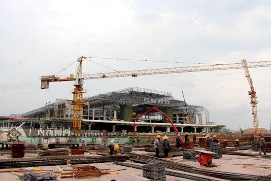 南宁东站施工现场,施工工人在紧锣密鼓地开展工程建设。广西新闻网记者 杨郑宝摄