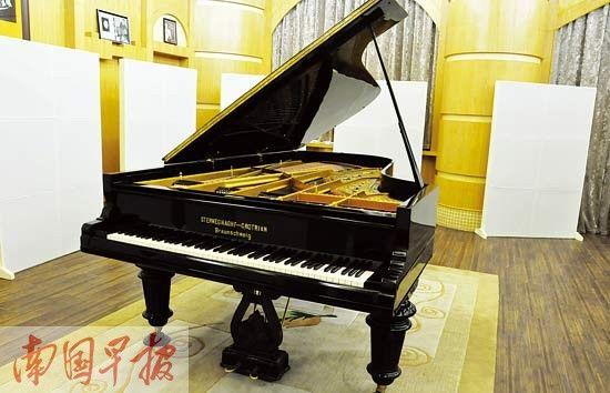 给钢琴安一个家   我虽然不太会弹琴,但一直非常喜欢音乐,尊重音乐。李汉金说。这位音乐爱好者不愿意透露太多个人的信息,只告诉记者,他1951年出生于马来西亚,是广西容县人。   5月,一个阳光明媚的日子,记者前往容县一睹名琴风采。   李汉金给每一架珍藏的钢琴安置了一个妥当的家。   一架1941年德国制造的九尺斯坦威钢琴和一架日本雅马哈钢琴被存放在容县的黑五类大厦内,另外3架钢琴则定居在李汉金位于容县绣江旁的家中。这一台九尺斯坦威钢琴,上面有着一代钢琴大师巫漪丽的签名。这架博兰斯勒钢