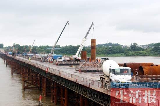 施工中的梧柳高速公路浔江大桥。