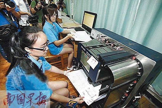 工作人员模拟试卷扫描工作流程。资料图片
