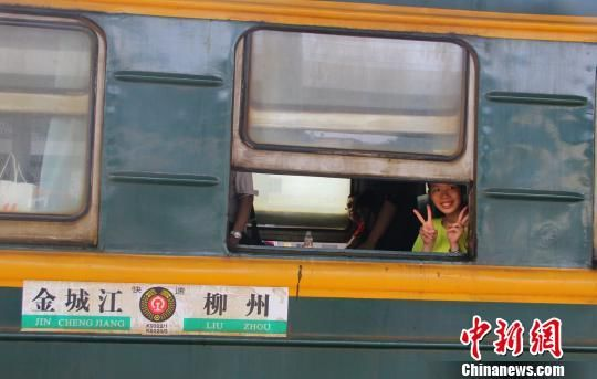 图为乘客乘坐广西最后一趟绿皮车。 朱柳融 摄