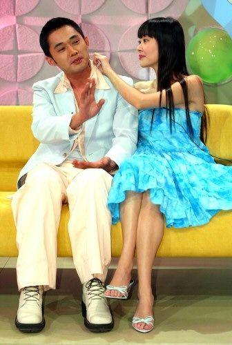欢欢(右)与江国宾难得合体上综艺节目,她贴心帮他整理衣领。