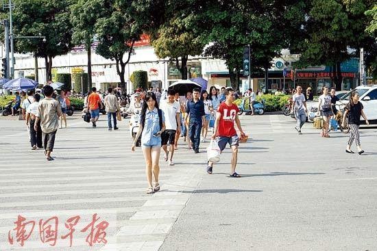 6月2日,南宁市民族大道七岔路口,一些行人走着走着远离了斑马线。记者 唐辉吉 摄