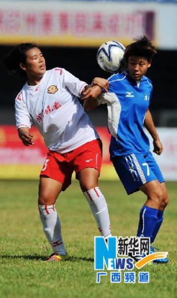 6月2日,长春队球员孔琦(左)与广西队球员江晓羽在比赛中拼抢。来源:新华记者 张爱林