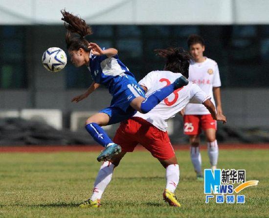 6月2日,广西队球员吕秧(左)在比赛中拼抢。来源:新华记者 张爱林