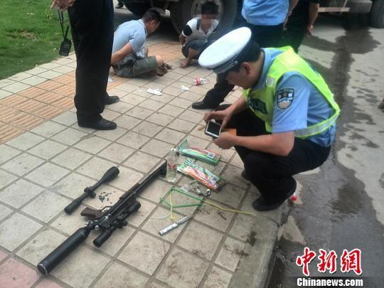 交警在大货车上查获气枪及子弹。周胜 摄