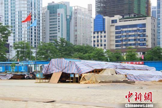 """图为正菱集团在建大型项目""""正菱大厦""""工地。 朱柳融 摄"""