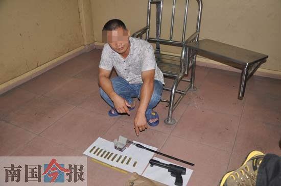 嫌疑人韦某在指认携带的枪支。警方供图