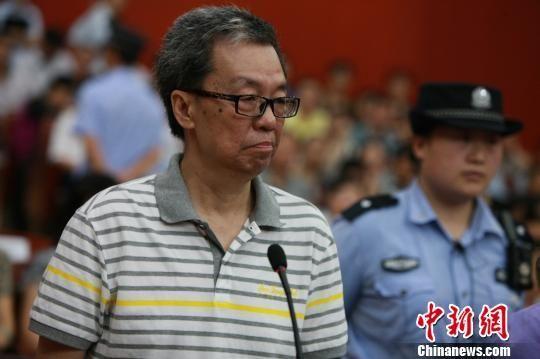 图为安明明出庭受审。 蔡明 摄
