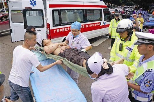 医护人员和交警合力将男子抬上救护车