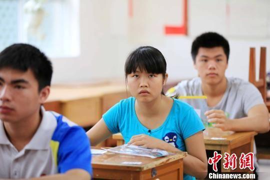 6月7日,韦柳英在高考考场准备参加考试。 卫纲 摄