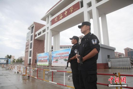 6月7日,两名特警在广西北海中学执勤。当天,北海市警方出动包括特警、巡警、交警等多警种在内的警力400余人开展高考安保工作。周东东 摄