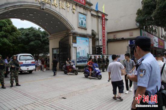 6月7日,广西防城警方出动警力在防城港市实验高中考点守护考生。黄赵 摄