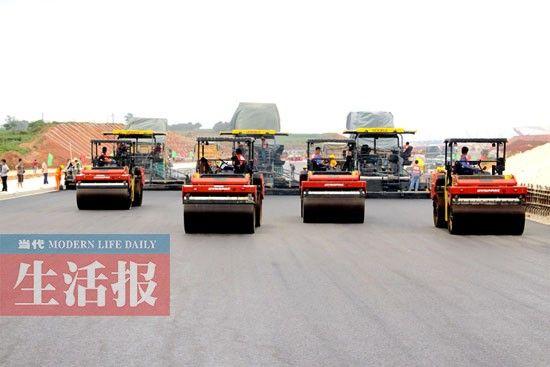 6月5日,南宁机场高速公路延长线施工现场。图片来源:当代生活报