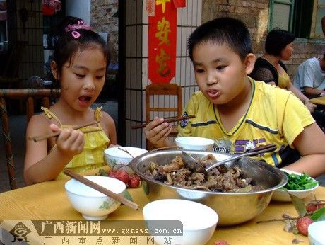 狗肉荔枝小孩也爱吃。记者陶媛 摄