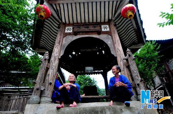 6月6日,广西三江侗族自治县程阳八寨的侗族老人在凉亭里聊天