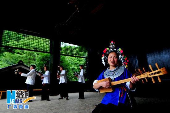 广西三江侗族自治县程阳八寨侗族群众在演奏琵琶歌