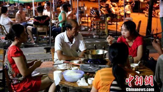 """尽管广西玉林民间的""""夏至荔枝狗肉节""""备受争议,但仍有大批食客难以割舍狗肉。 王刚 摄"""