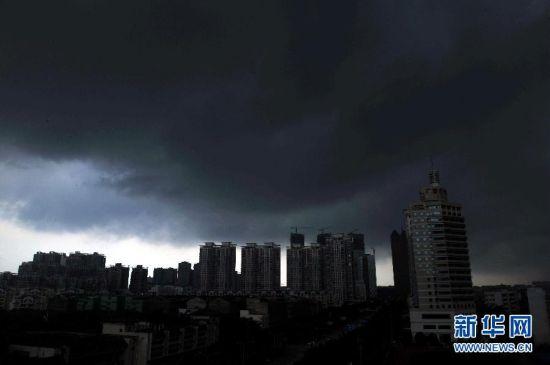 南宁市区上空乌云密布。