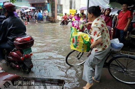 南宁市古城路飞凤菜市侧门口前道路积水严重。