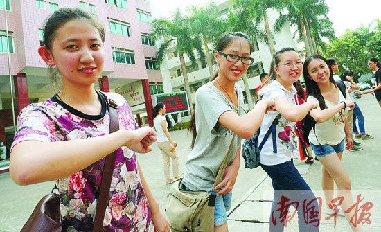 6月8日,结束考试的考生在镜头前摆造型。