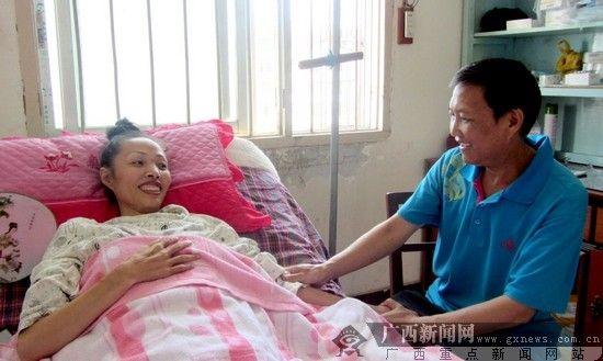 廖峰在为妻子按摩。汤芝松 摄