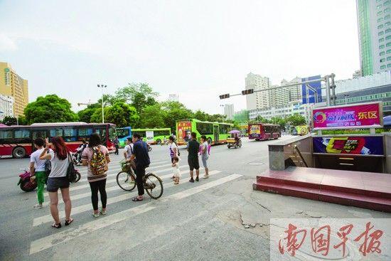 在朝阳广场附近,有不少地下过街通道,但人们还是习惯性地从斑马线上过马路。邹财麟 摄
