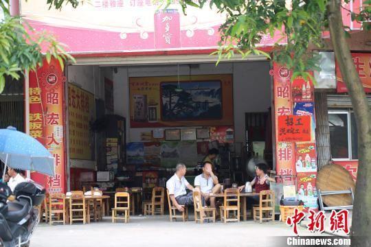 6月11日中午时分,广西玉林一间停止出售狗肉菜肴的餐馆。 王刚 摄