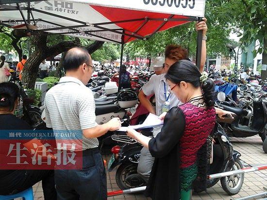 价格执法人员向自治区人民医院前的违规保管点出具处理通知书