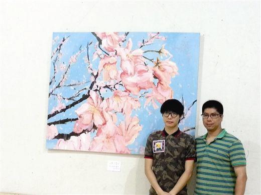 """李众人(左)和老师雷璨铭在他""""最好写实作品""""《又是一个春天》前合影"""