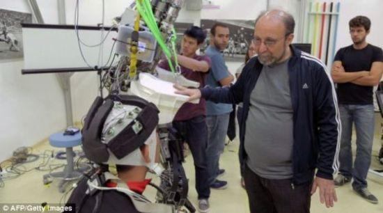 巴西圣保罗的实验室,尼可莱里斯与他研制的脑控外骨骼。
