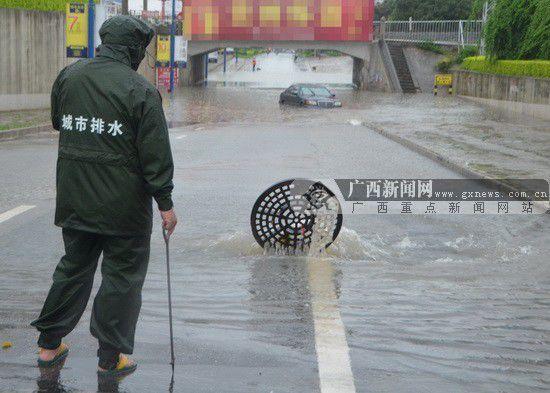 市政部门及时排查处理险情。广西新闻网通讯员黄晓荣 摄