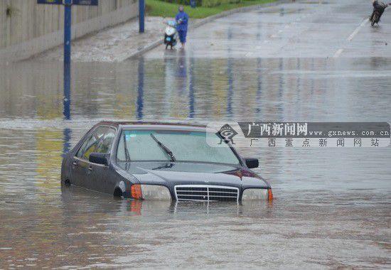 小汽车被困在水里。广西新闻网通讯员黄晓荣 摄